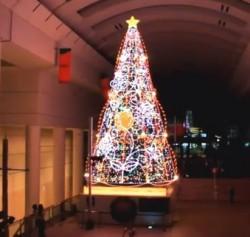 クイーンズスクエアクリスマスシンキングツリー